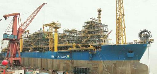 """据悉,""""玛丽卡""""项目是由一艘30万吨的超大型双壳油船改装为集生产处理、储存外输及生活、动力供应于一体的海上浮式生产储油船(FPSO),与水下采油装置和穿梭油船组成一套完整的生产系统,是目前世界FPSO改装史上工程量最大、难度系数最高的改装项目。改造完成的""""玛丽卡""""号,可日产处理原油12万桶、天然气500万立方英尺,可储存原油209万桶。"""