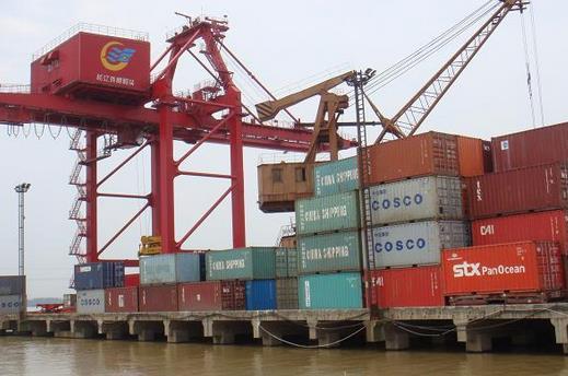 """""""安徽汇成港口物流有限公司董事长王劲松介绍说,码头将于8月份安装吊"""