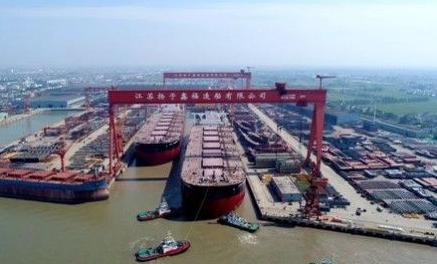 扬子江船业第二批次两艘40万吨矿砂船出坞
