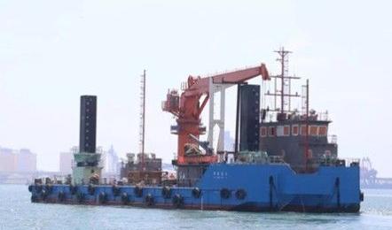 港达船厂建造国内最大反铲挖泥船下水